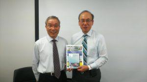写真:松本一彦先生(左)降旗院長(右)、降旗院長が手にしているのは「Pharmaco Basic」ソフトです